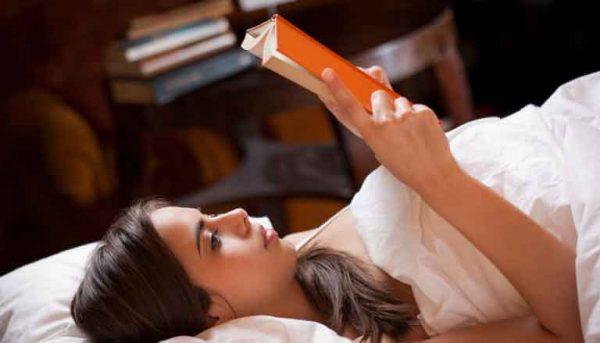 membaca-sambil-tiduran